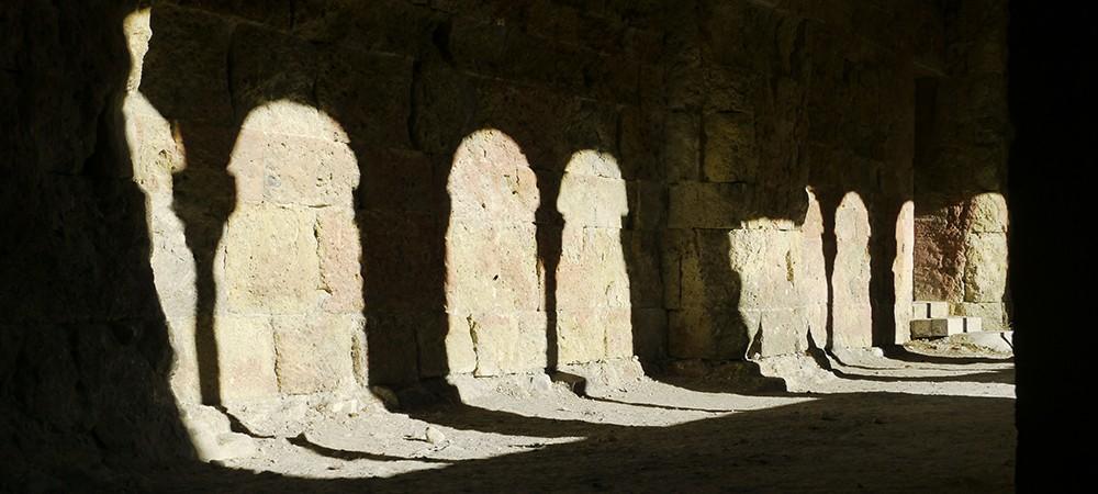 Lumière dans le cloître de l'abbaye de Boscodon